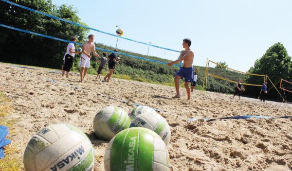 Klassisk beach sport er selvfølgelig beach volleyball. Her er det på højskolens egne baner.