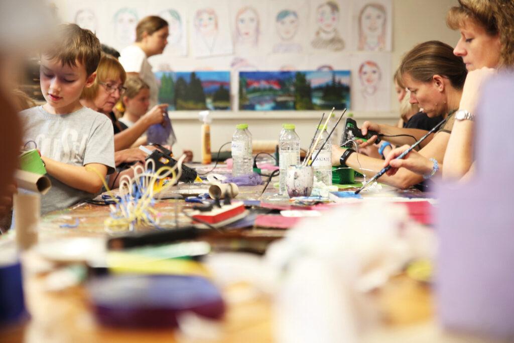 Familiekurset på Uldum Højskole - her det kreative værksted.