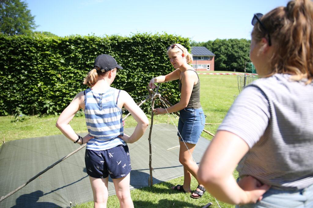 Her øver eleverne sig i at lave en bivuak før de skal på tur med friluftsliv.