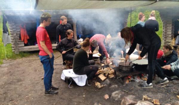 I faget friluftsliv overnatter eleverne i naturen og laver mad over bål.