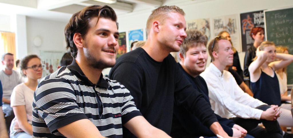Højskoleliv. Der er afslutning i et musikfag og eleverne lytter.