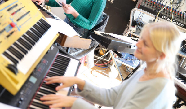 I vores musiklokale er der masser af elektroniske instrumenter. Ideelt til musik og elektronisk popband.