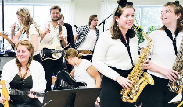 Elever i vores musiklokale.