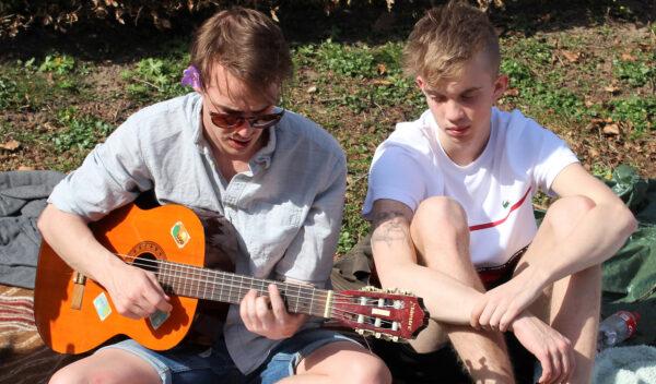 Når du har lært nogle akkorder, kan du begynde at akkompagnere ander der synger. Faget er begynderguitar.