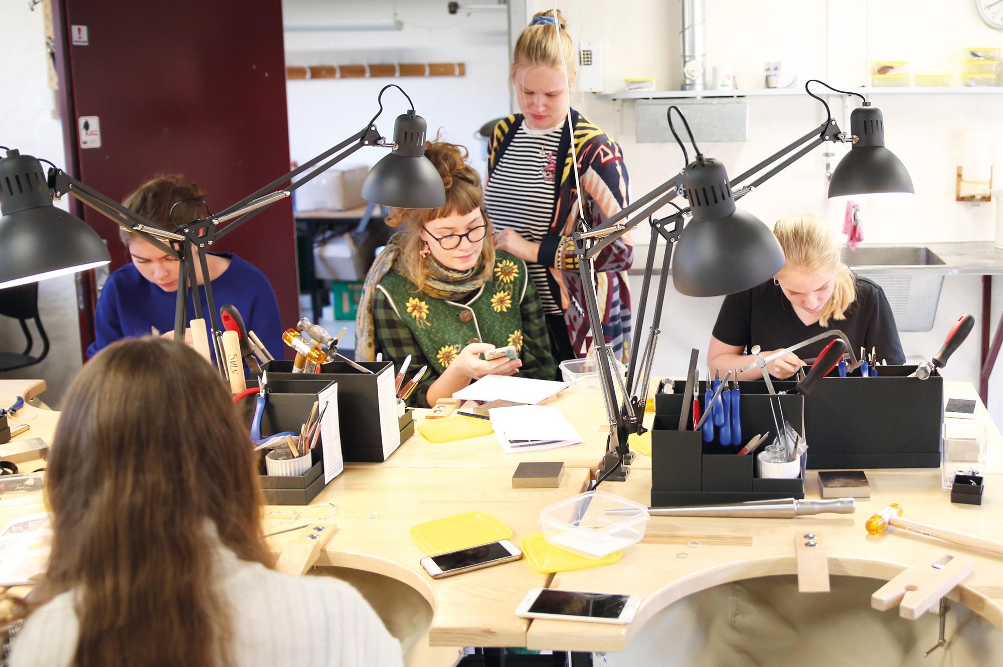 Fra vores smykkeværksted. Hver elev har sit eget bord med sine egne værktøjer.