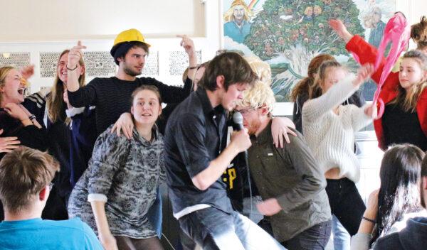 Teatersport er improviseret teater - så man ved aldrig helt hvad der vil ske.